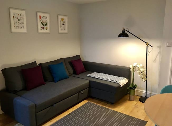 Ground Floor Apartment by Centre + Free Parking