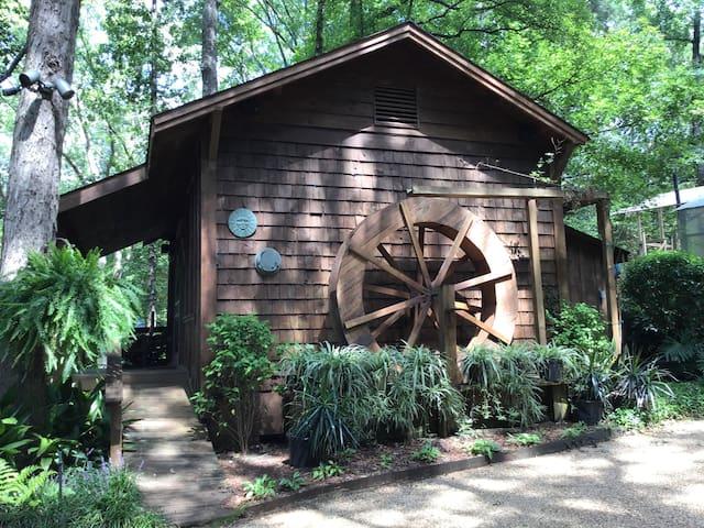 Laskey House at Creekwood Gardens