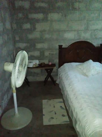 Habitación con ventilador.