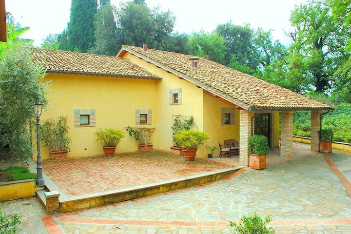 Appartement chaleureux avec jardin, terrasse et piscine