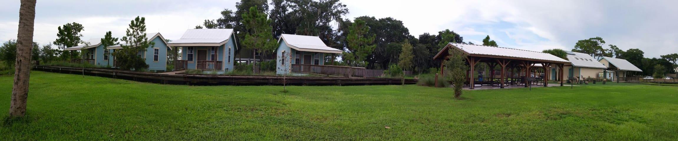 Jiggs Landing- Lakeside cabins - Bradenton