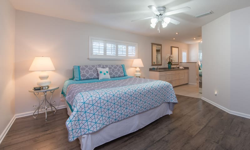 """Master Suite w king bed & 32"""" TV."""