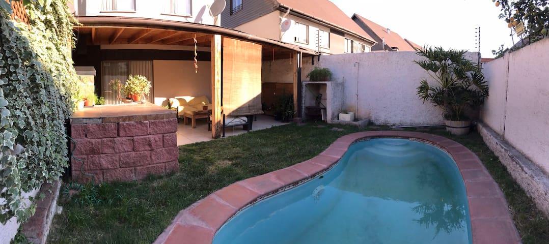 Piscina, terraza y quincho con parrilla