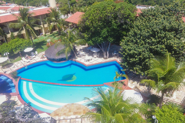 Magnífica piscina e jardim