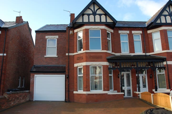 Guest room with ensuite close to Birkdale Open - Southport