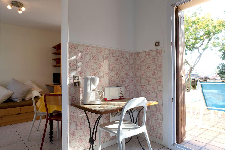 un coin séjour, un coin cuisine, un coin terrasse