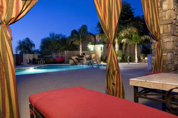 Better than a Hotel! 1 BD w/ Balcony & VIEWS in FH - Fountain Hills - Apartamento