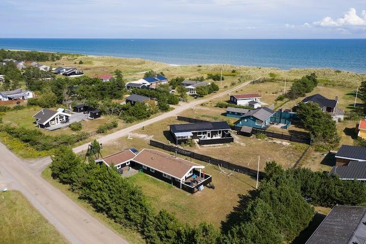Det lille sorte hus ved stranden.