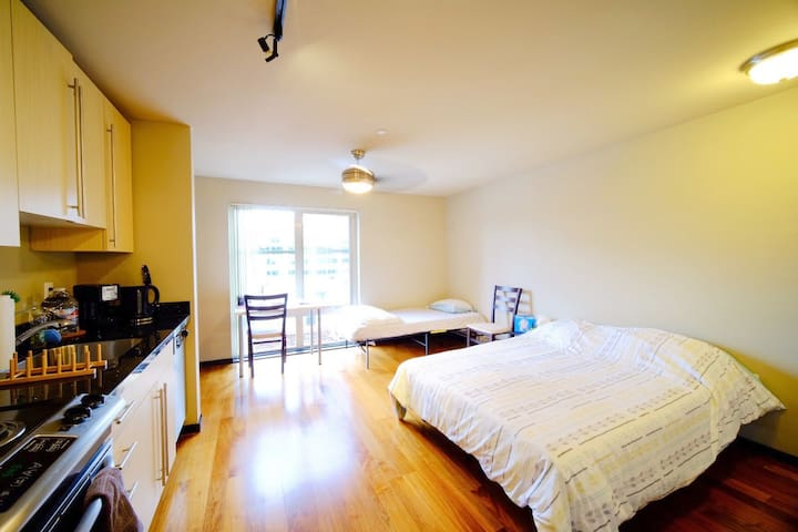 Perfect Bright Cozy Studio in Belltown/Downtown!!