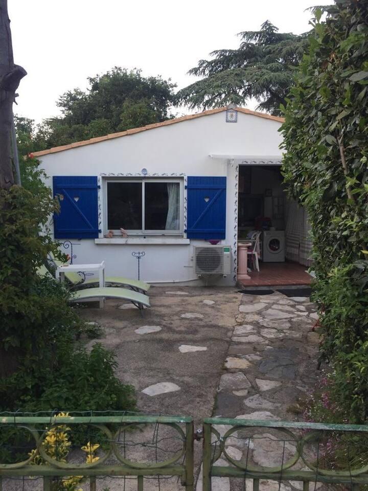 Petite maison dans jardin verdoyant à Sete
