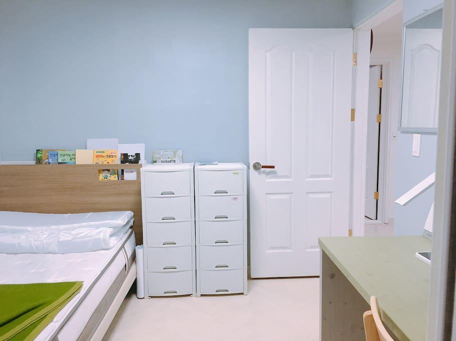 1층의 작은방이에요 1인침대와 책상이 이쁘게 놓여있어요