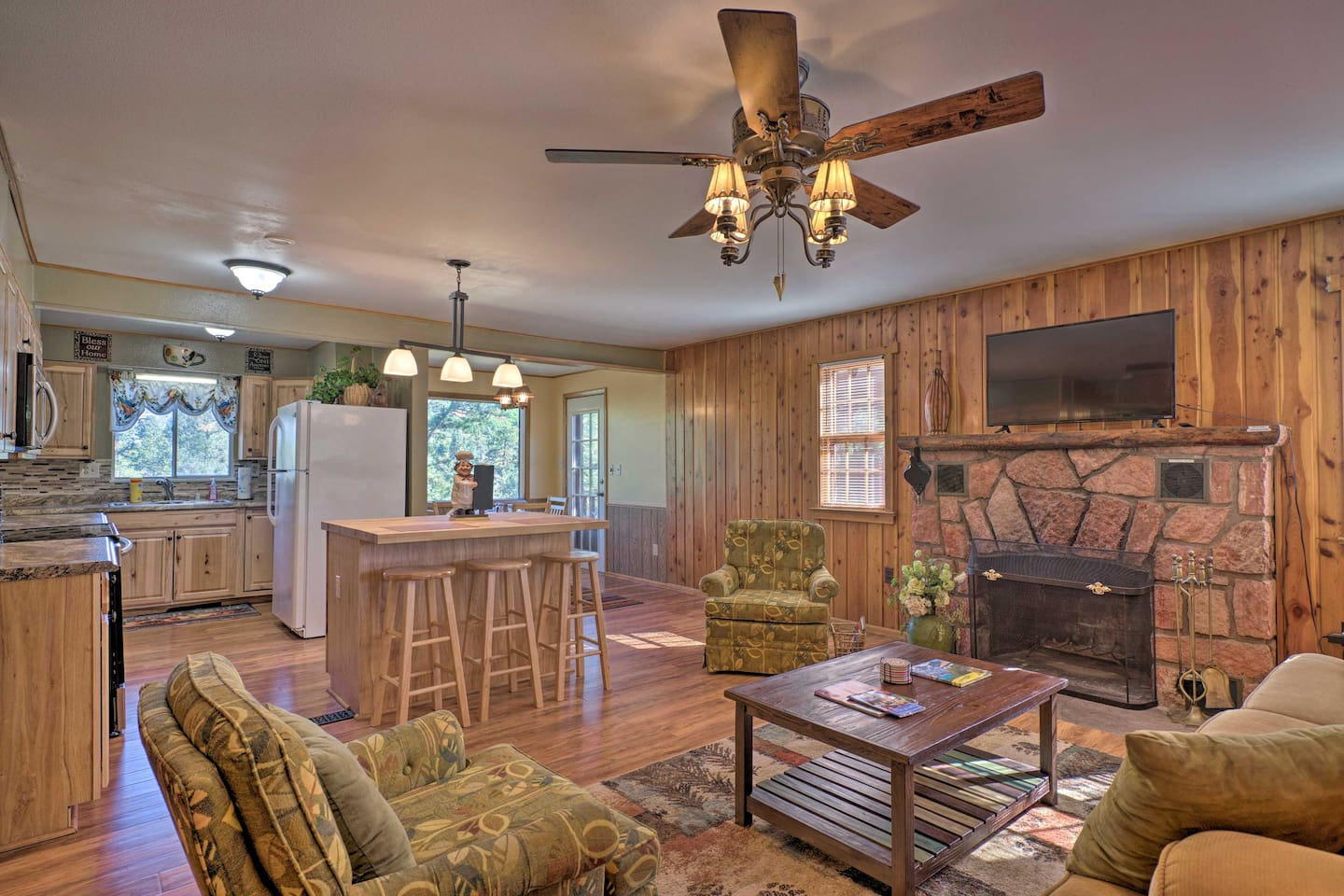 Make yourself at home in this Cascade vacation rental cabin for 5 guests.