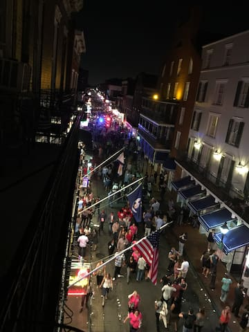 Bourbon Street Balcony Apt - New Orleans - Apartment