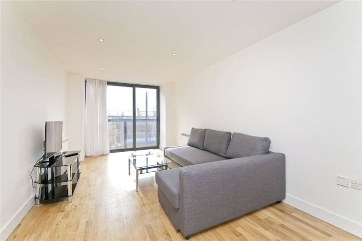 Modern & bright 2 bedroom apartment in Dalston