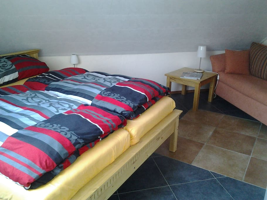 Gemütliches Schlafzimmer mit Doppelbett.