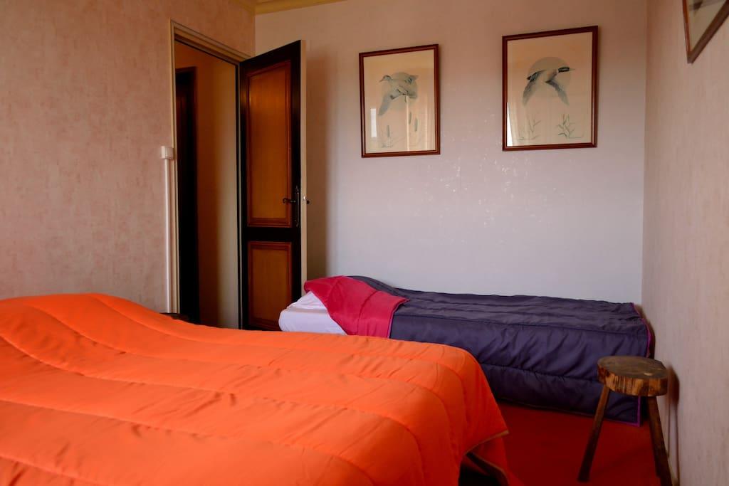 chambre invités : deux lits 140X190 et  un 90X190