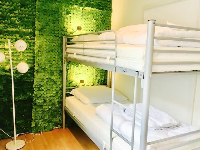 Modernes Hostel - Zweibettzimmer mit Hochbett - Karlsruhe
