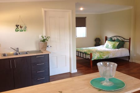 Spacious studio in central location - Geraldton - Guesthouse