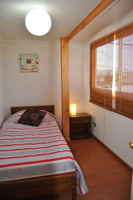 Iluminada habitación con cama individual