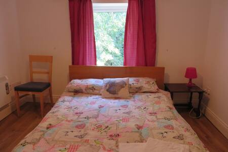 With its stylish modern  layout, and calm interior, St Brendans ideally suits singles or couples looking for a peaceful and comfortable stay, large upstairs room, 5 minutes walk from Dublin city centre.