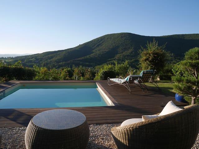 Belle maison, piscine, jardin provençal,vue, calme - Mirmande - House