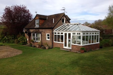 Charming cottage with great views - Shalford - Hus