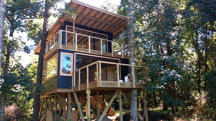 Acogedora casa en el bosque, a orillas del río.