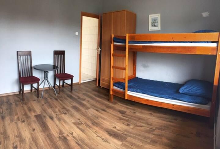 Czteroosobowy pokój z łóżkami piętrowymi