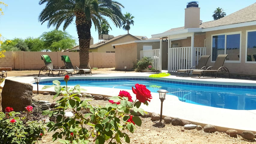 COZY FAMILY 3 BR/2 BA HOUSE WITH PRIVATE POOL - Phoenix - House