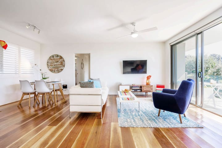 Wine & Dine on balcony in a Relax luxury beach views Apartment in Famous Bondi Beach