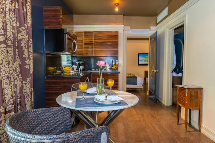 Lux One Bedroom Suite with Full Kitchen, King Bed, Living Room, Chic Decor, Two Pools, Rooftop Sundeck, Near the Beach