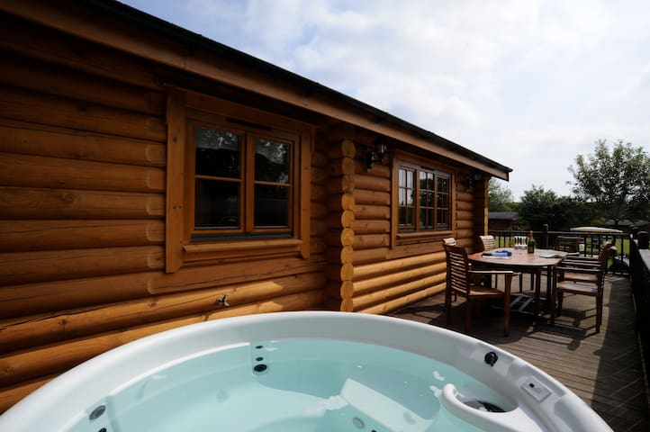 Troon -  self-catering log cabin with hot tub - Suffolk - Chalet