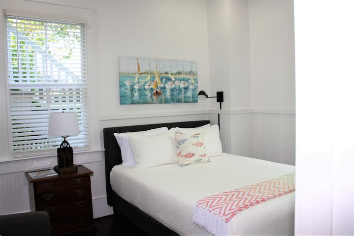 Back queen bedroom with en-suite bath with tub  and closet.