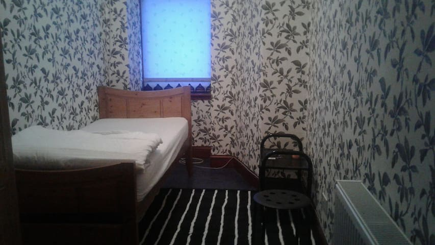 Private Room next to Paisley High St. / Airport