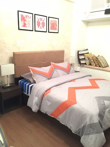 Clean new condo w/in 5 star hotel - fast internet