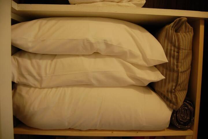 Le linge de lit est fourni pour que vous profitiez au maximum de votre séjour : couettes, oreillers, draps, housses de couettes, taies d'oreillers, couvertures... Si vous avez un besoin particulier, faites nous en part.