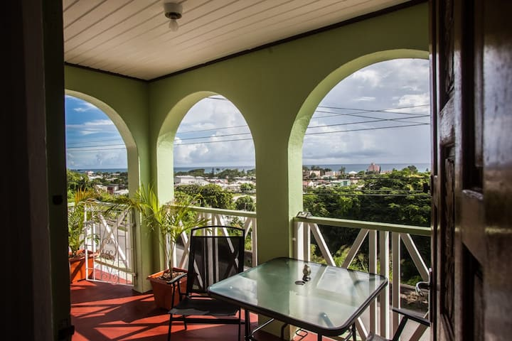 Breezy, 2 Bed; Near to Shops, Beaches & Nightlife!