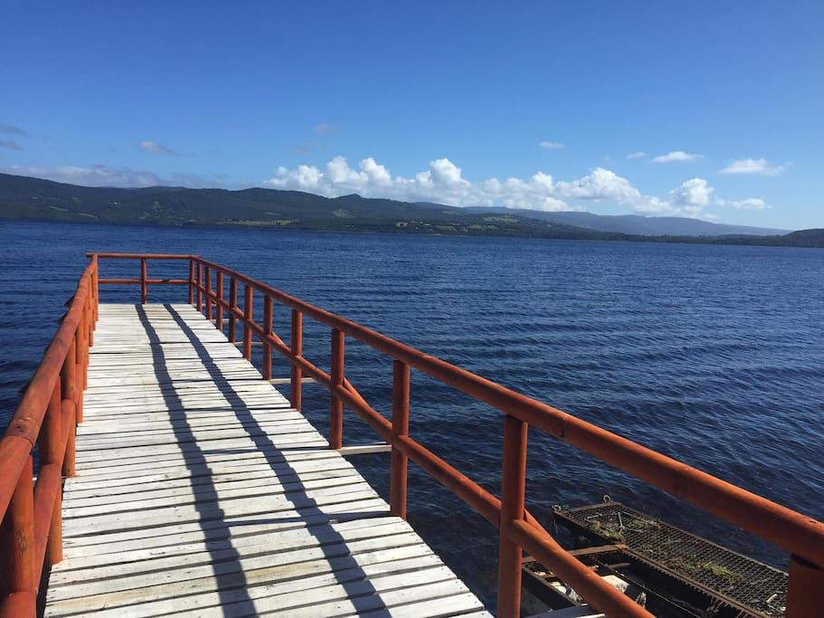Muelle hacia el lago