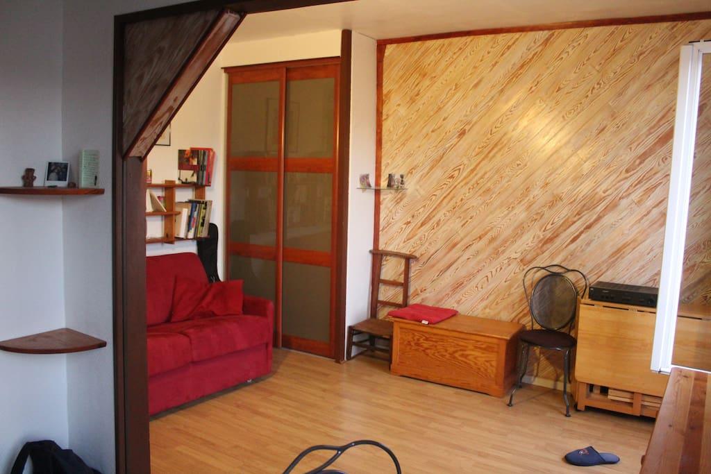 Coin salon, avec canapé-lit tout neuf, dressing, étagère, bureau.