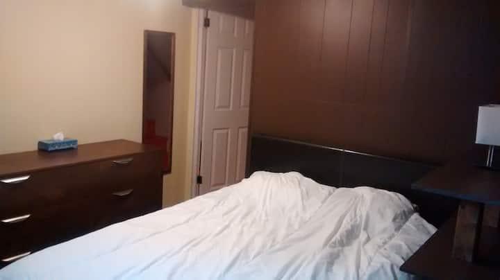 Chambre avec lit double-salon/salle de bain privés