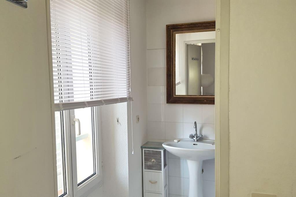Salle de bains - baignoire - attenante à la chambre 1. Les WC sont indépendants