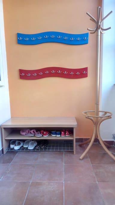 vstupní místnost s botníkem a věšákem