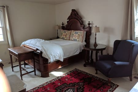 Private master bedroom suite near IAD
