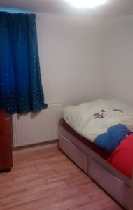 Great bedroom on the route to manc - Springhead