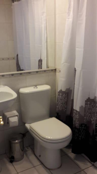 Baño Privado con Tina,Toallas, Jabón y Shampoo