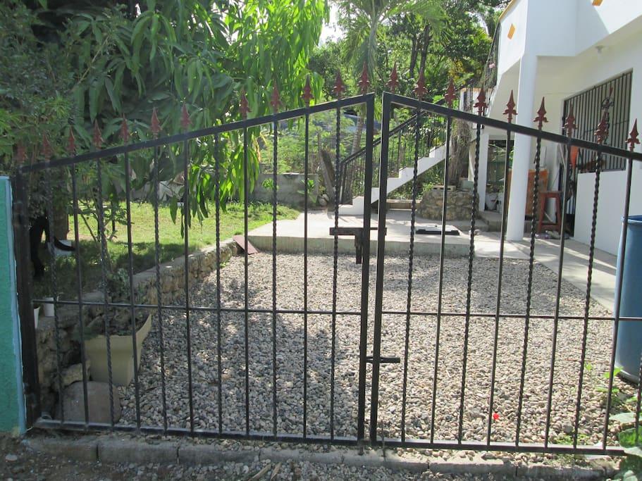Jardin con escalera privada exterior.