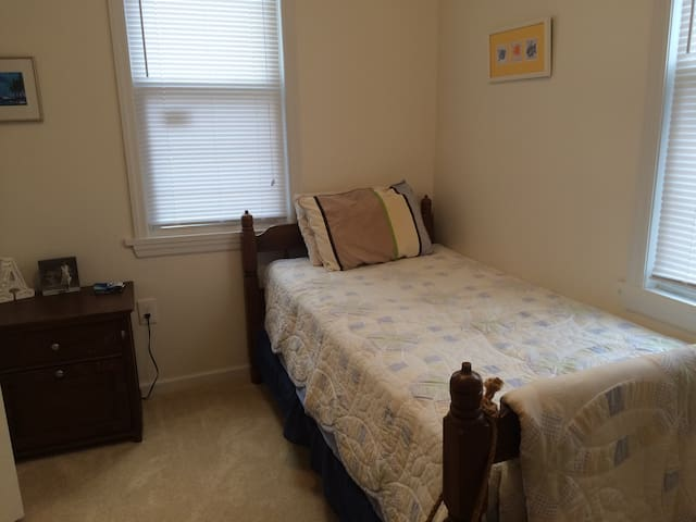 Room/parking, train 2 block walk - Haddon Township - Huis
