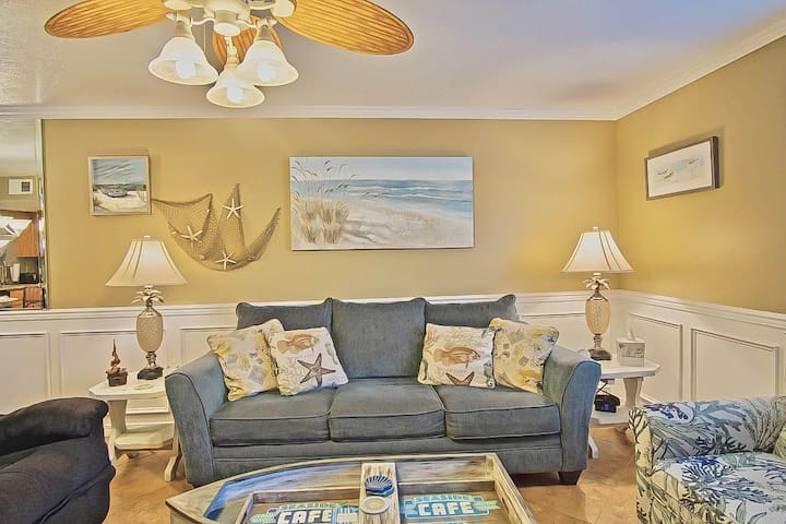 Seaside Escape: 3 Bed, 3.5 Bath: Sleeps 8