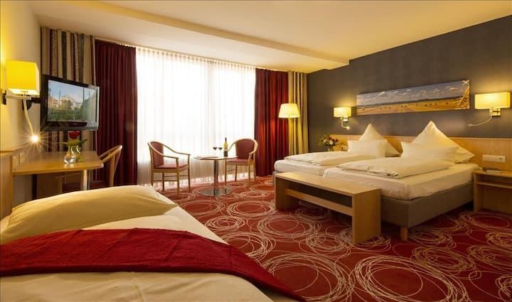 komfortables Dreibettzimmer mit Klimaanlage