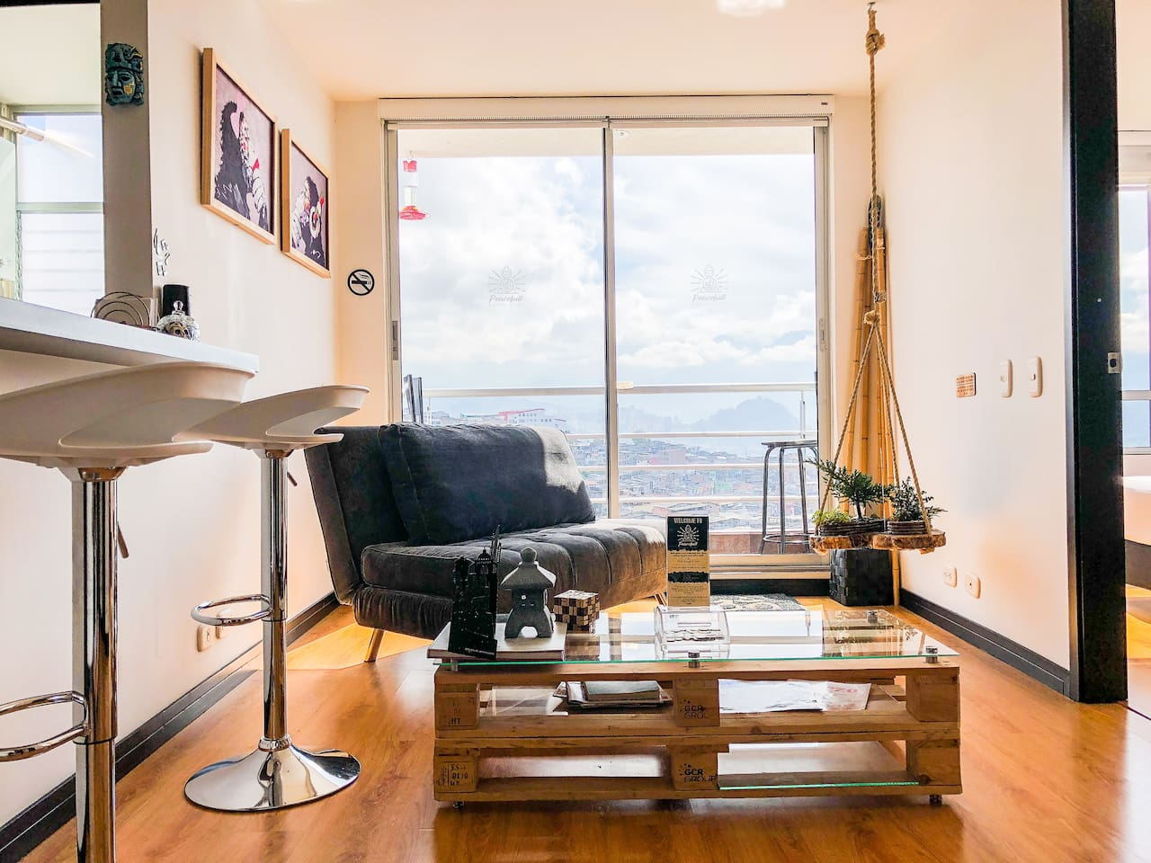 Sala, zen space, minimalistic furniture / Living Room, with colibri feeder. Amazing space with beautiful view at the downtown of the city, and mountains, enjoy the amazing dawn.